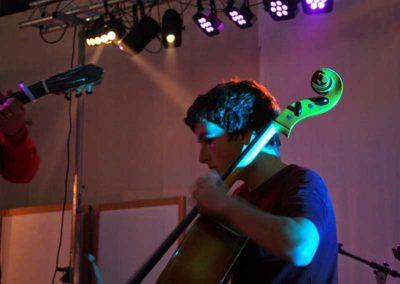 Carlos tocando el Violonchelo