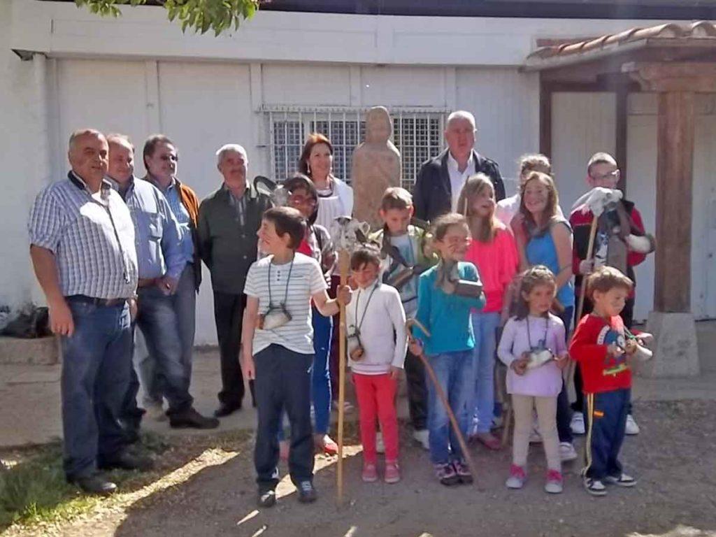 niños de la escuela disfrazados de guerreros vetones con el guerrero de piedra y las autoridades