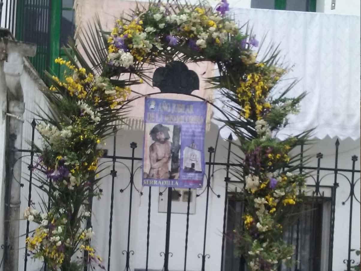 Los vecinos de Serradilla le honran con arcos florales