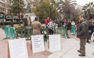 Poetas y poemas en el día Mundial de la Poesía, hoy 21 de marzo,  ante la estatua de Gabriel y Galán en  Paseo de Cánovas. Cáceres