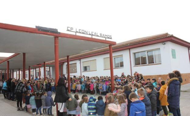 Premio XIII VALORES EXTREMEÑOS. Los ganadores son LOS ÚLTIMOS ESCOLARES TRASHUMANTES del Colegio Público C.E.I.P. LEÓN LEAL RAMOS del Casar de Cáceres.